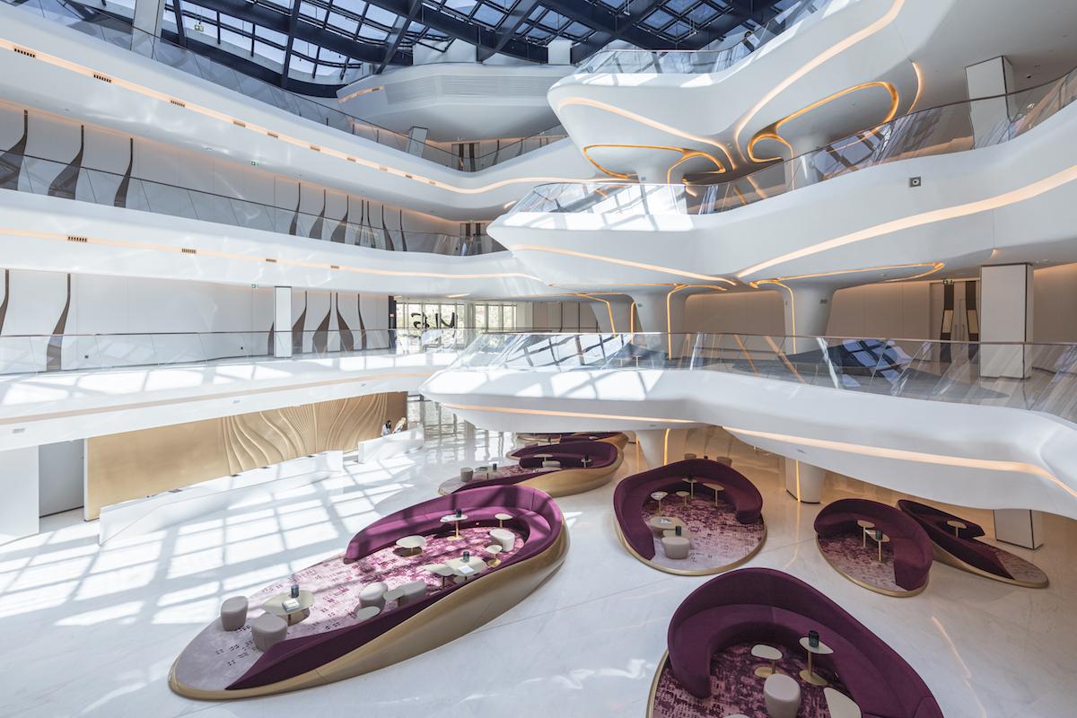 Celý interiér hotela je vybavený nábytkom od Zaha Hadid Design.