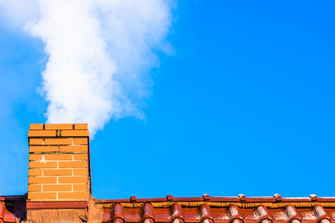 Tehlový komín, dym