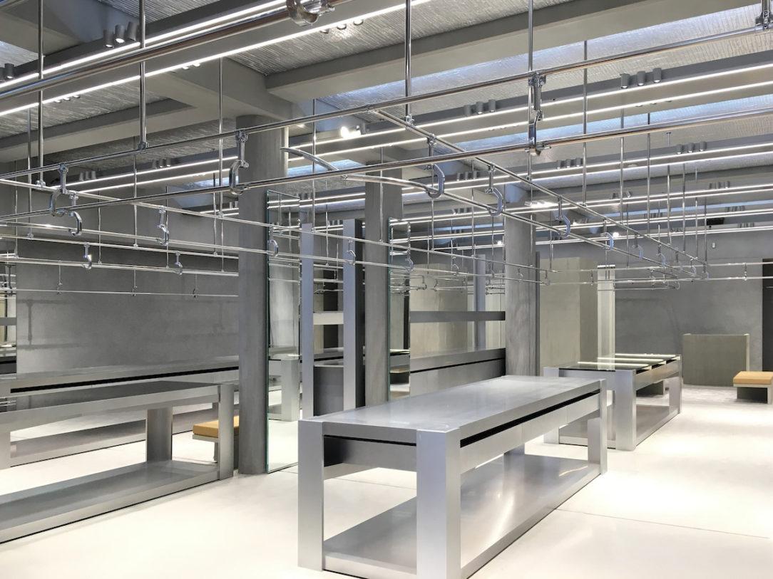 Modulárny nábytok s ostrými hranami a čistým, priam sterilným dizajnom.