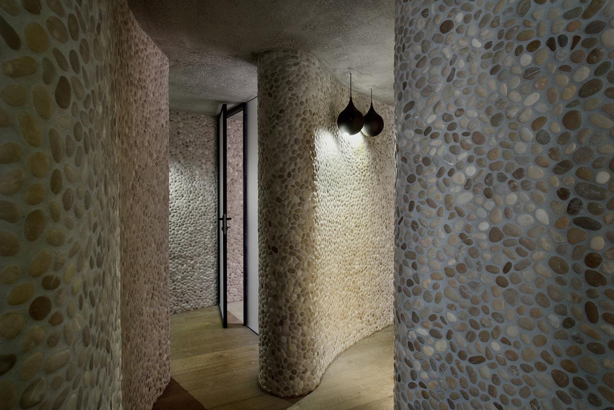 Zvlnené vnútorné steny si vyžiadali oveľa drsnejší a heterogénny dizajnérsky návrh existujúceho priestoru.