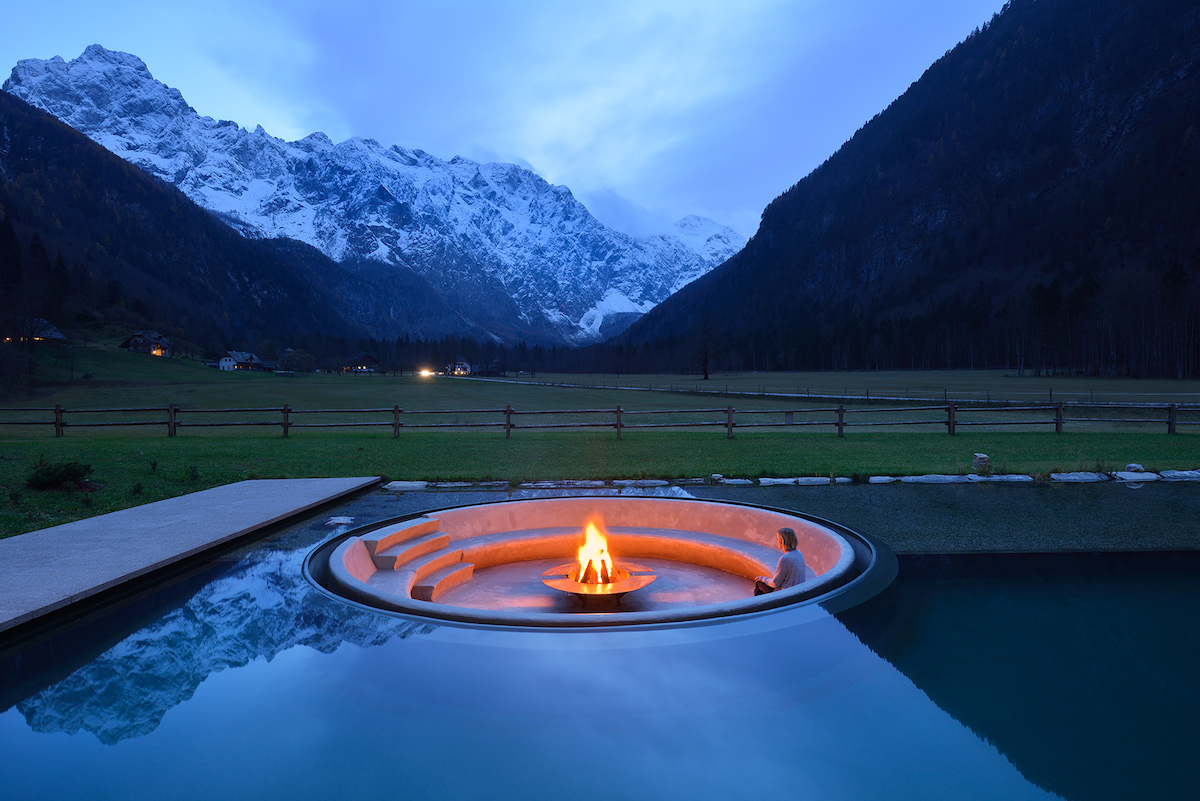 Nekonečný dialóg medzi vodou a ohňom – dvoma základnými prírodnými prvkami, ktoré zdôrazňujú kulisu okolitého pohoria.