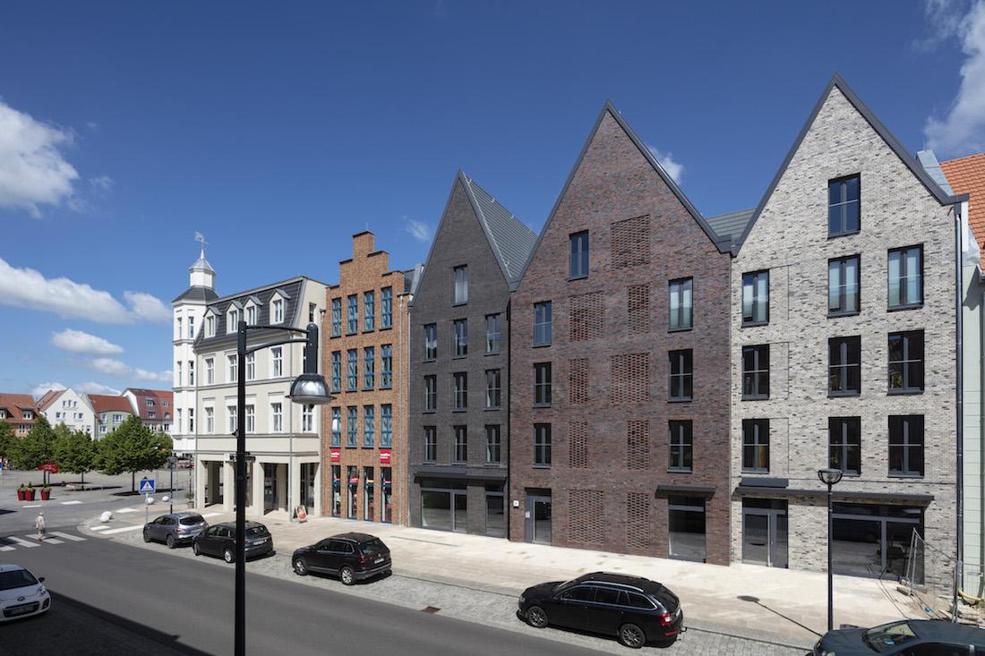 Nejednotná uličná čiara dala architektom možnosť pracovať s tektonikou hmoty budovy.