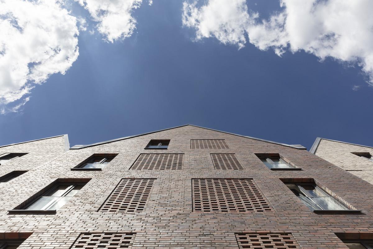 Perforované siluety okien presvetľujú vnútornú vertikálnu komunikáciu.