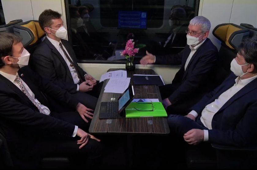 Diskusia vo vlaku: Eduard Heger, Ján Budaj, Andrej Doležal a štátny tajomník Ján Oravec.