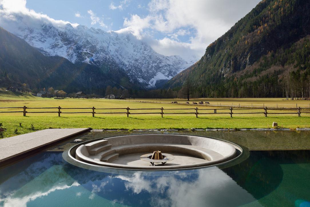 Voda, kameň, drevo – tri prírodné prvky sú spolu so svetlom v novom wellness centre harmonicky integrované do celku.