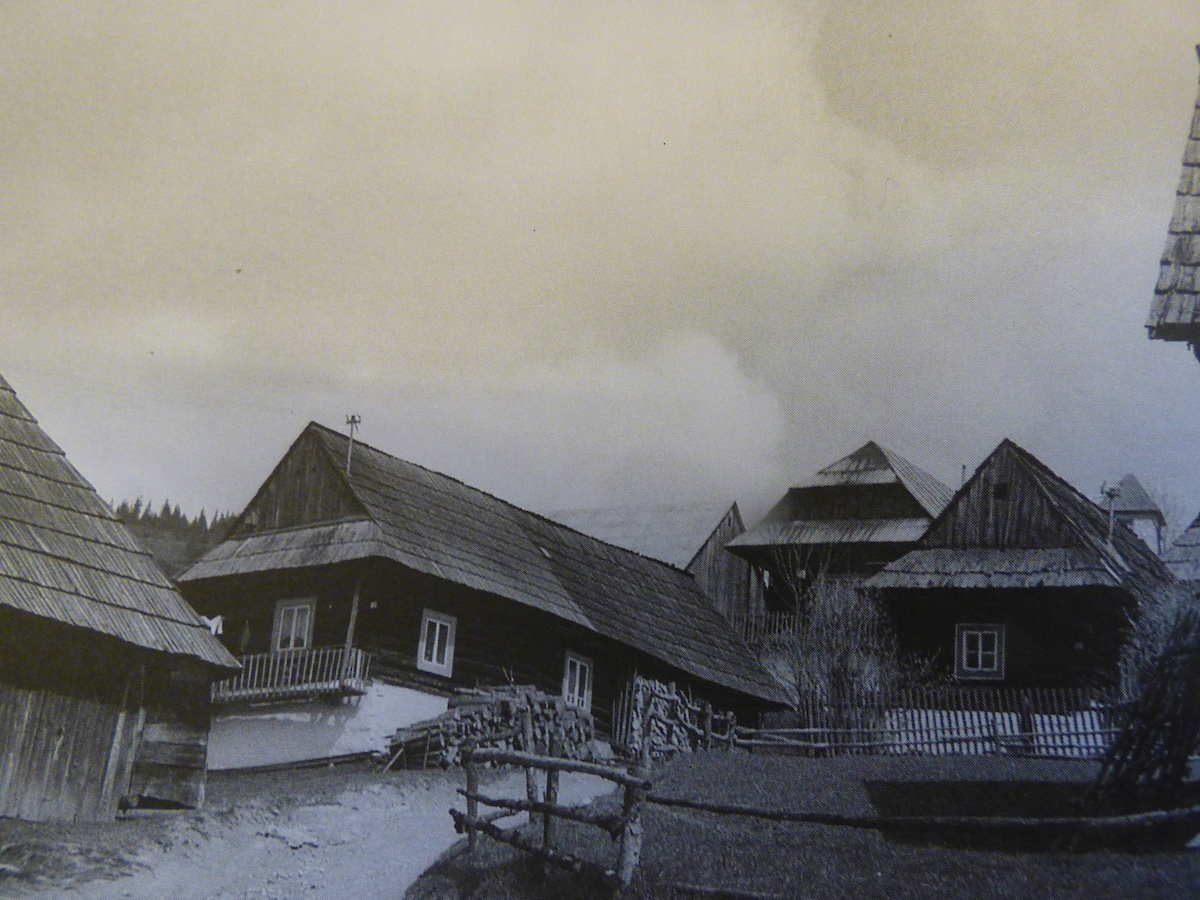 Typické strechy domov na slovenskom vidieku.