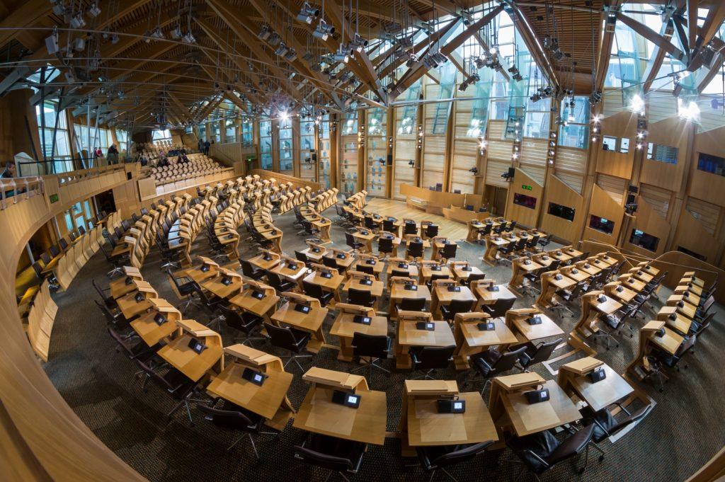 Interiér budovy škótskeho parlamentu od ateliéru EMBT Architects.