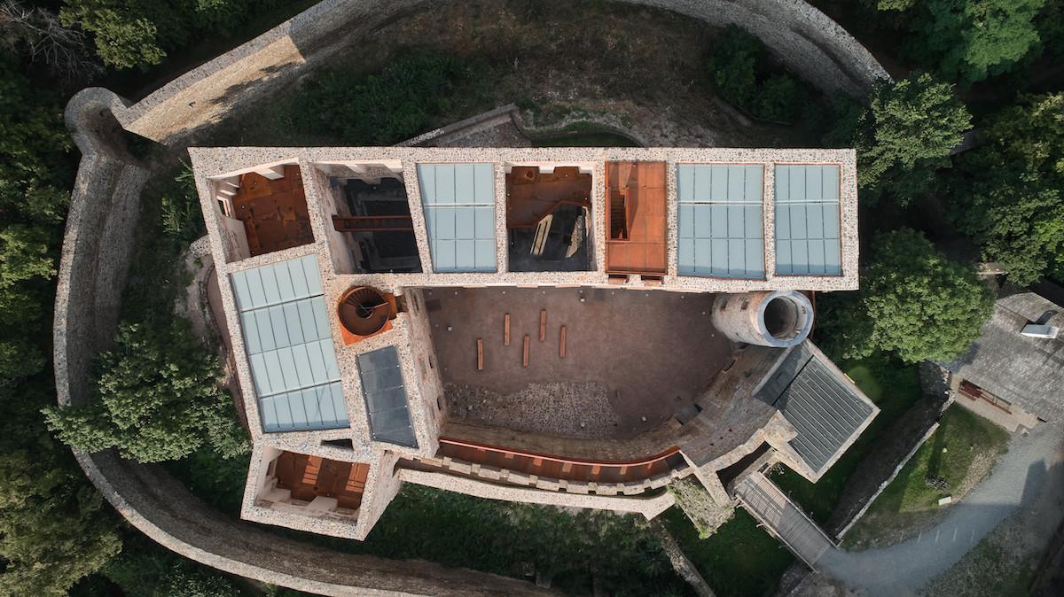 Číre sklo je použité len nad priestorom kaplnky, kde má evokovať otvorené nebo.