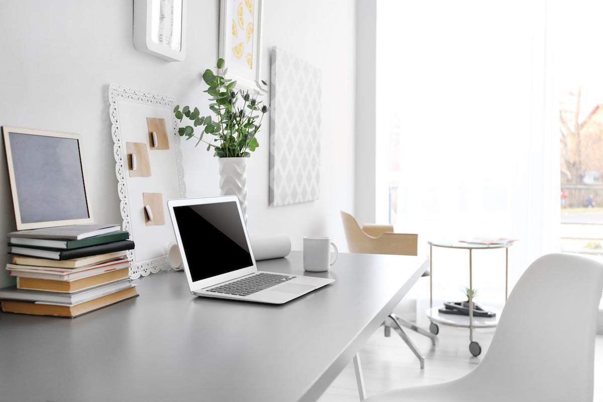 Pracovisko by malo byť orientované čo najbližšie koknu, aby ste využili prirodzené svetlo.