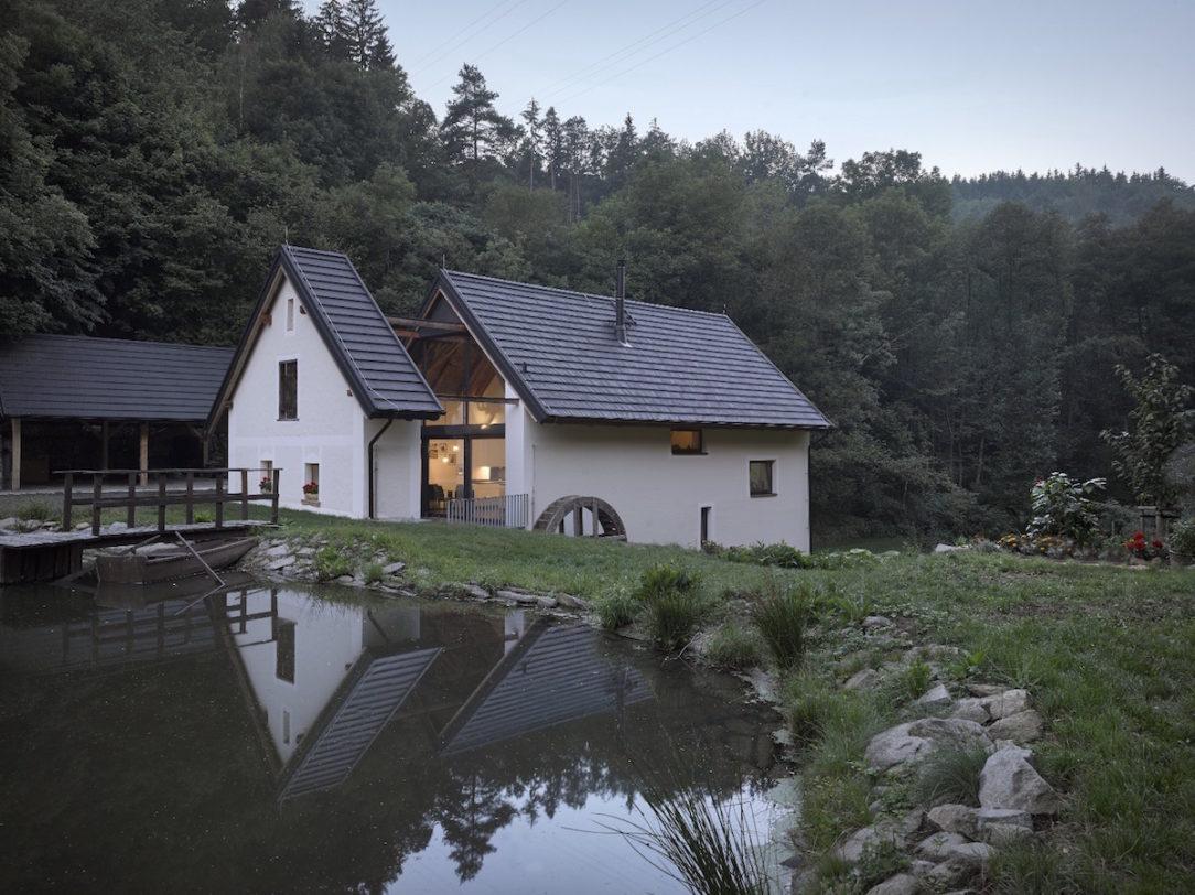 Majiteľom sa podarilo obnoviť rybník – opäť sa vňom nachádza voda, ktorá odráža siluetu nového domova.