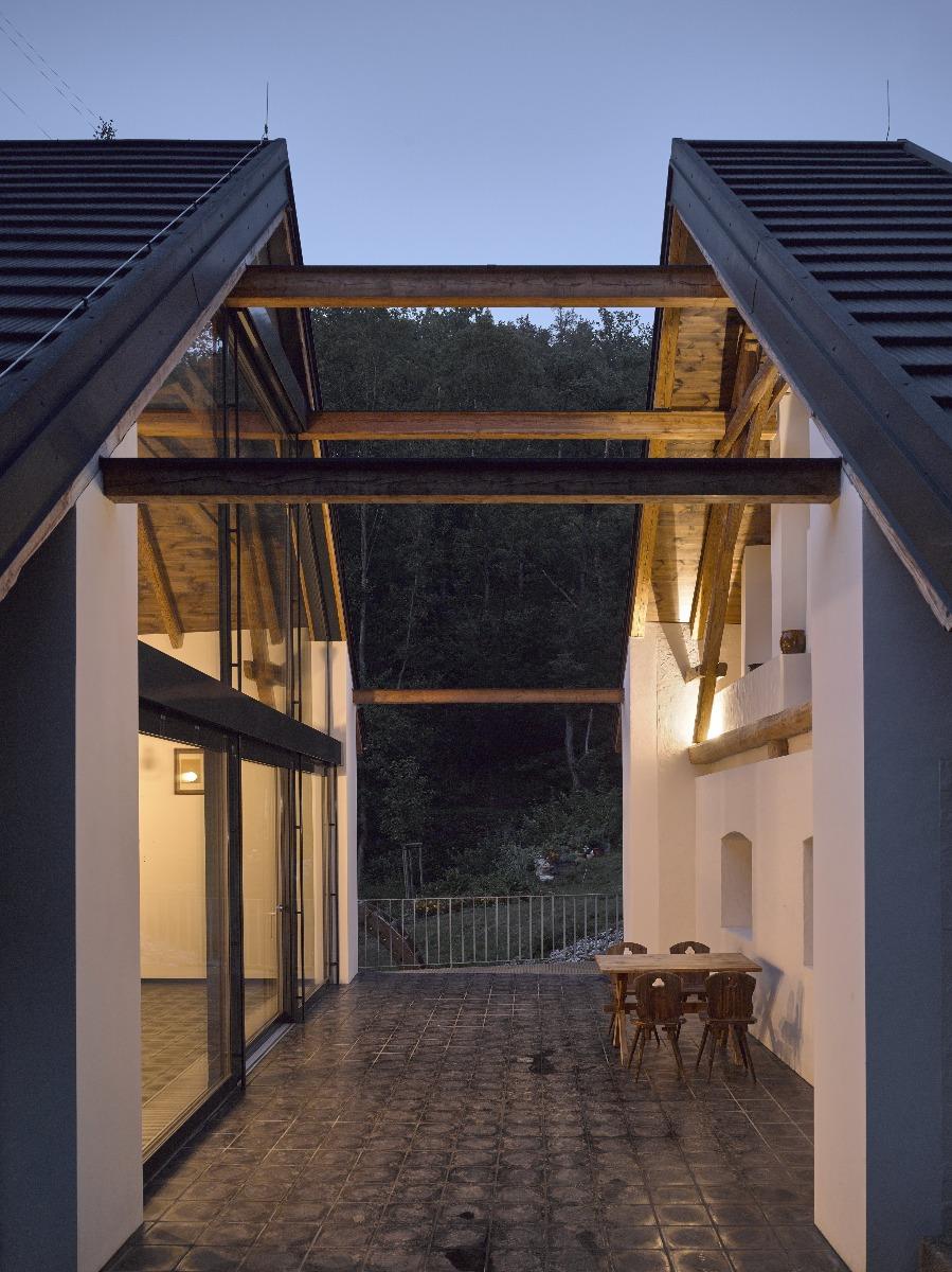 Vďaka rezu vznikla medzi dvoma časťami domu aj terasa skozubom.