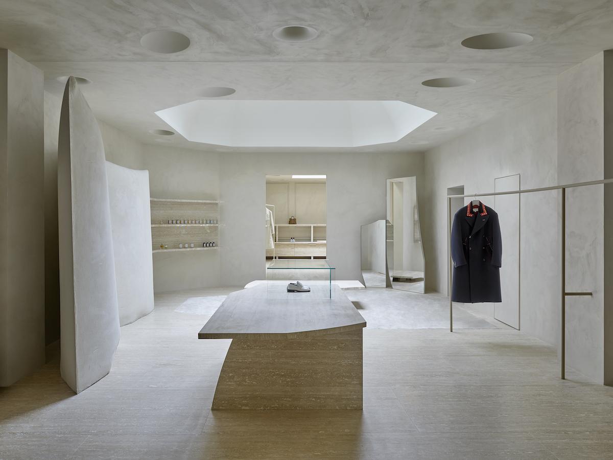 Interiér sa nesie v duchu prírodných farieb, vlastných značke Maison Margiela.