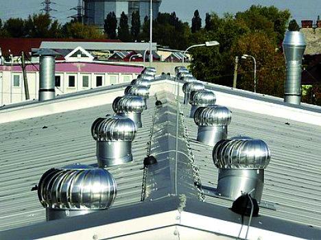 Obr. 4a Správny účel použitia ventilačných turbín na stajňovej stavbe a ich nesprávna inštalácia na bytovej budove [10]