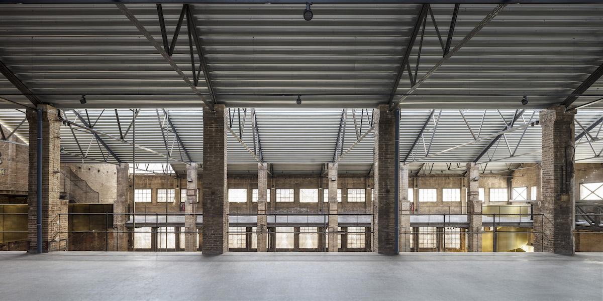 Ako nové materiály vstúpili do priestoru len betón, kov a polykarbonátové tabule, ktoré chránia okná.