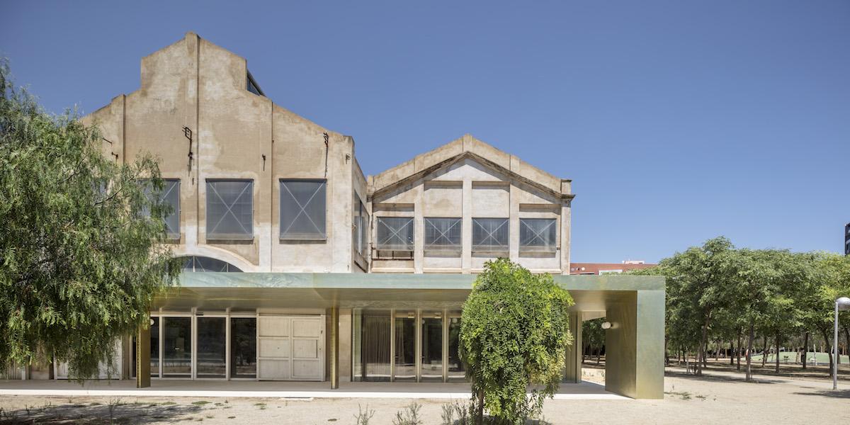 Obmedzený rozpočet si vyžiadal strohý prístup, ktorý sa však ukázal ako to najlepšie, čo mohli architekti zvoliť.