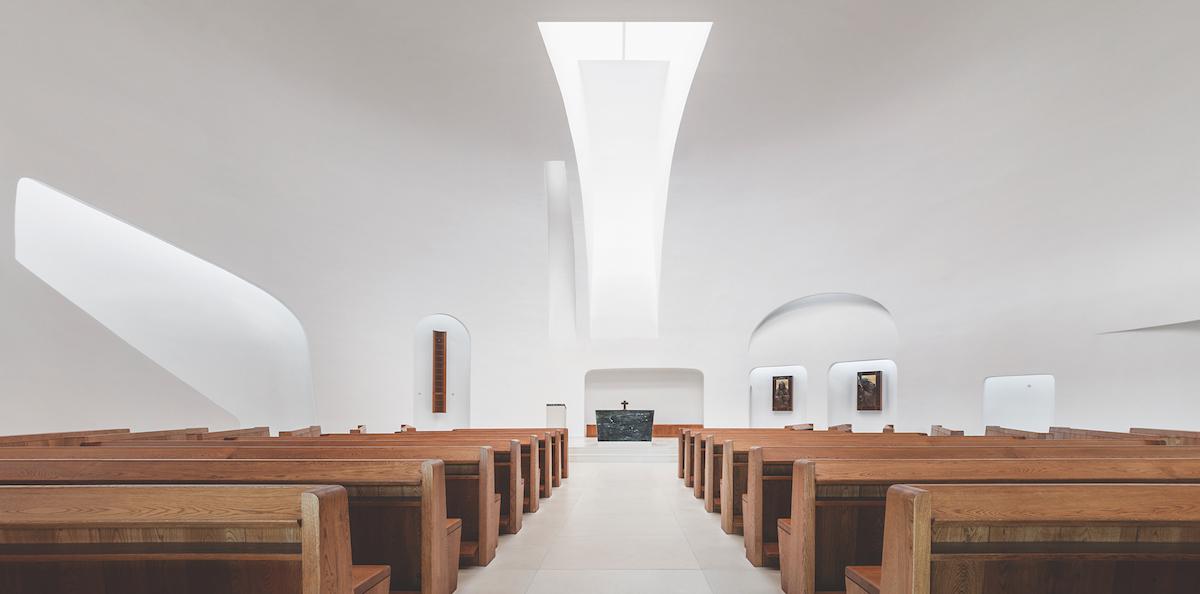 Priestorová organizácia smeruje do stredu chrámu. K najvýraznejším prvkom kostola patrí kamenný blok oltára zo zeleného ónyxu.