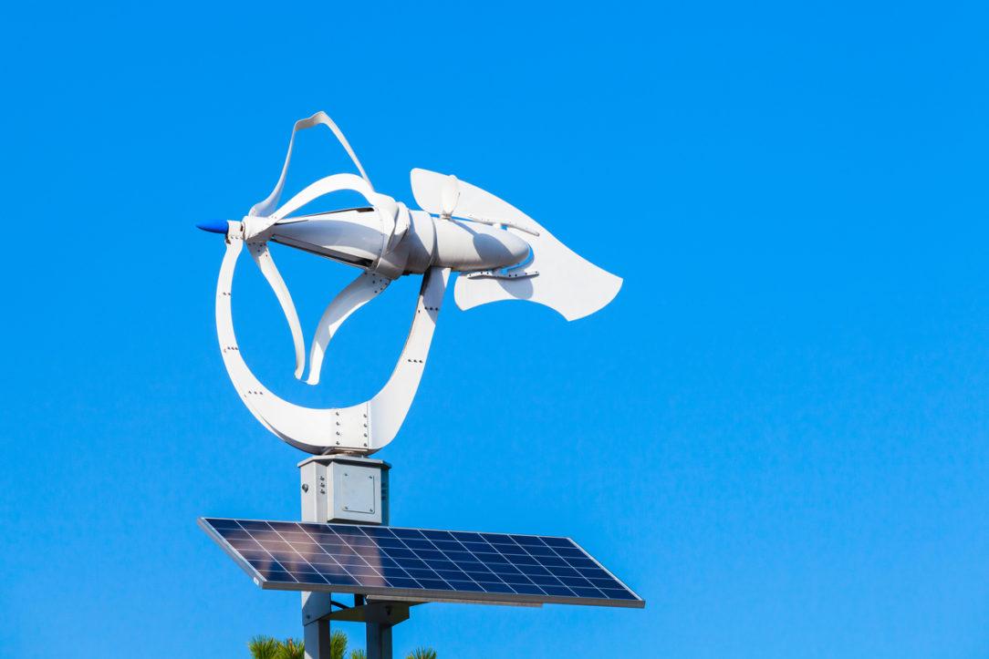 Malá veterná turbína s fotovoltickým panelom