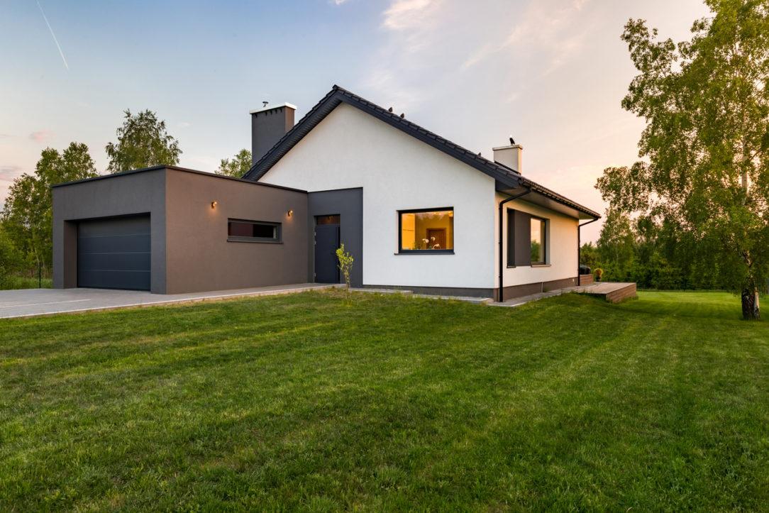 Vhodný presah strechy závisí od výšky miestností, polohy a tvaru strechy, ale aj zelene v okolí domu