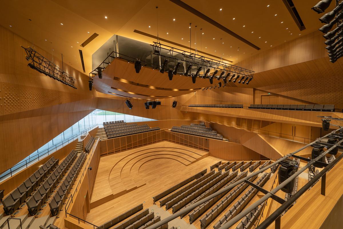 Hlavná koncertná sála má interiér z eukalyptového dreva.