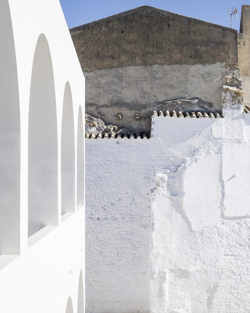 Elementárny tvar arkád pôsobí ako metafyzické obrazy Giorgia de Chirica.