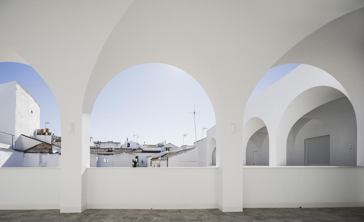Rôzna úroveň striech bola jednou z výziev, s ktorými sa architekt musel popasovať.