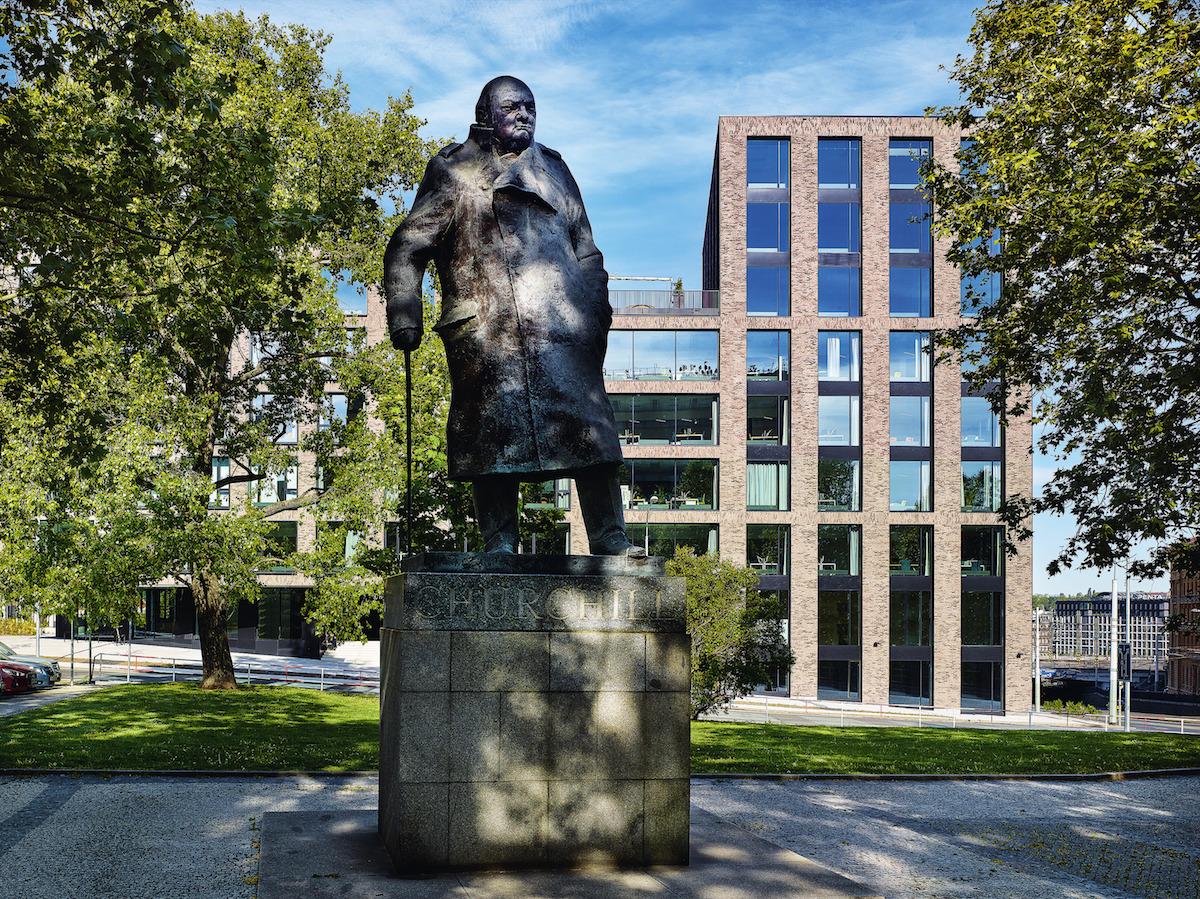 Z átria je možné vyjsť priamo na Námestie Winstona Churchilla alebo do novovzniknutého priestoru medzi budovami Churchill I a Churchill II.