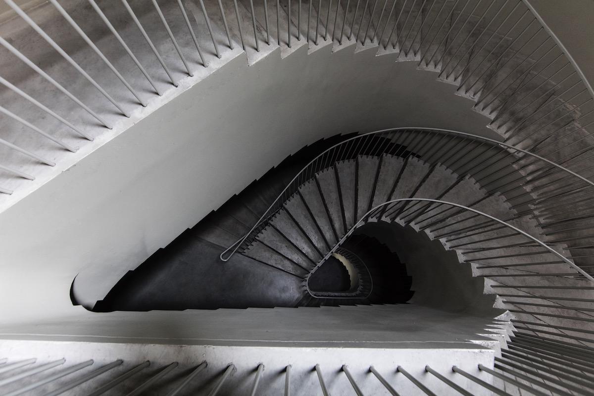 Svetlosivá puristická forma vďaka elementárnym detailom pripomína architektonický model.