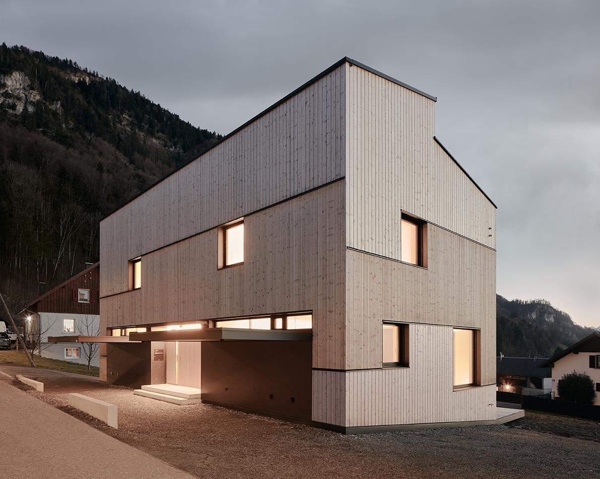 Exteriér stavby kopíruje jednoduchosť interiéru.
