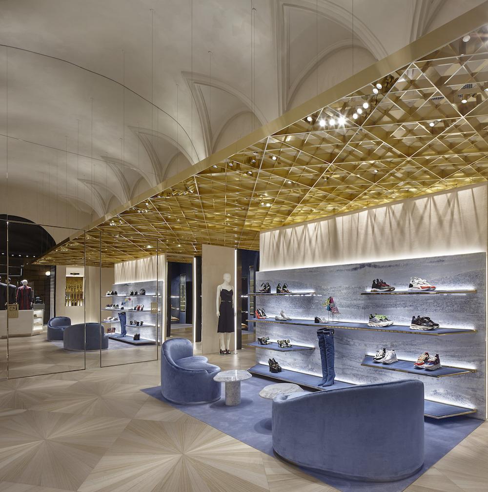 V hlavnom priestore predajne sa nad hlavami vznáša zlatá inštalácia.