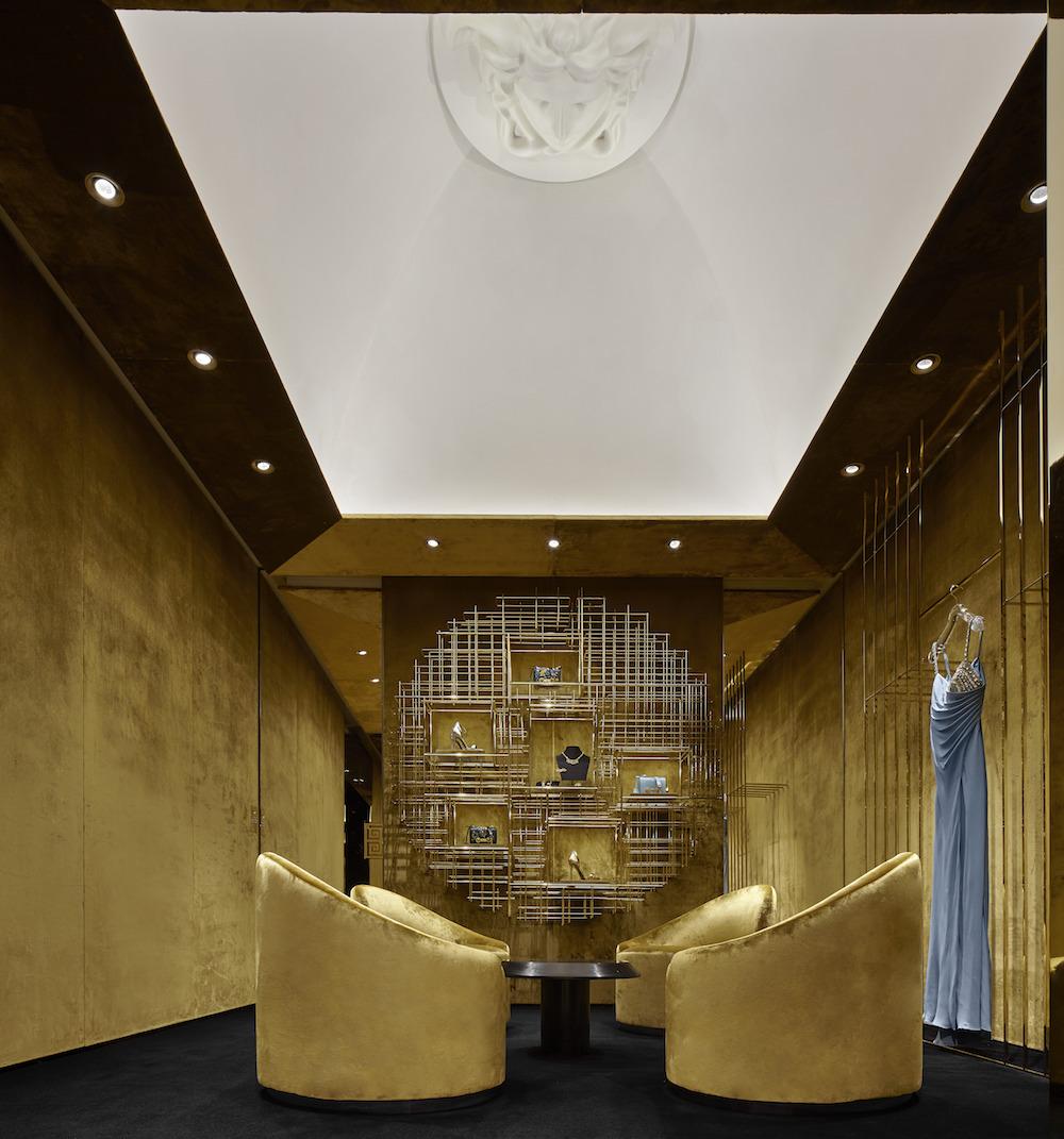 Súkromný salón ladený do bronzových tónov.