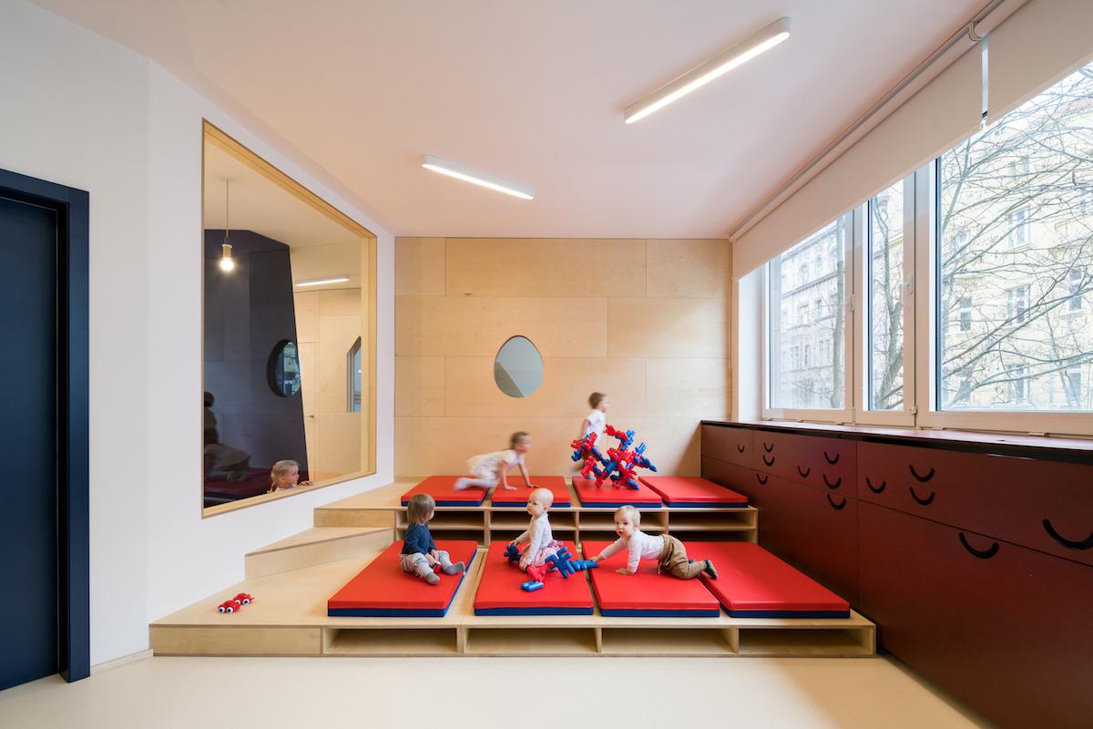 Aj spálňa môže byť herňou. Žinenky je možné schovať do príslušných otvorov.