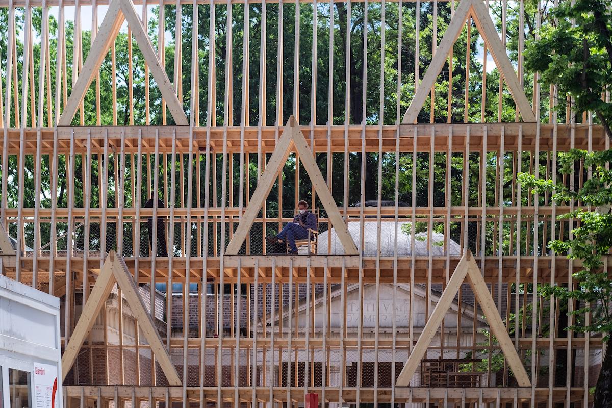 Pavilón USA 2021 s názvom American Framing (Americké rámovanie) od architektov Paula Andersena a Paula Preissnera.