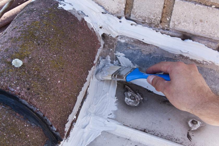 Utesnenie detialu styku hrebeňa strechy so štítovým múrom.