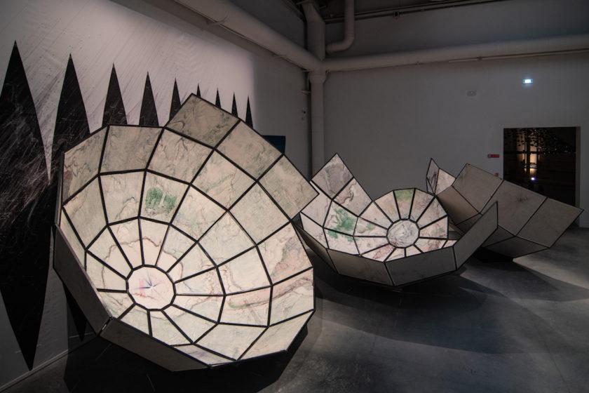Expozícia v centrálnom pavilóne bienále 2021 pod kuratelou Hashima Sarkisa predstavuje aj inštaláciu s názvom The World Turned Inside Out (Svet sa obrátil naruby) od amerického štúdia Plan B Architecture & Urbanism.