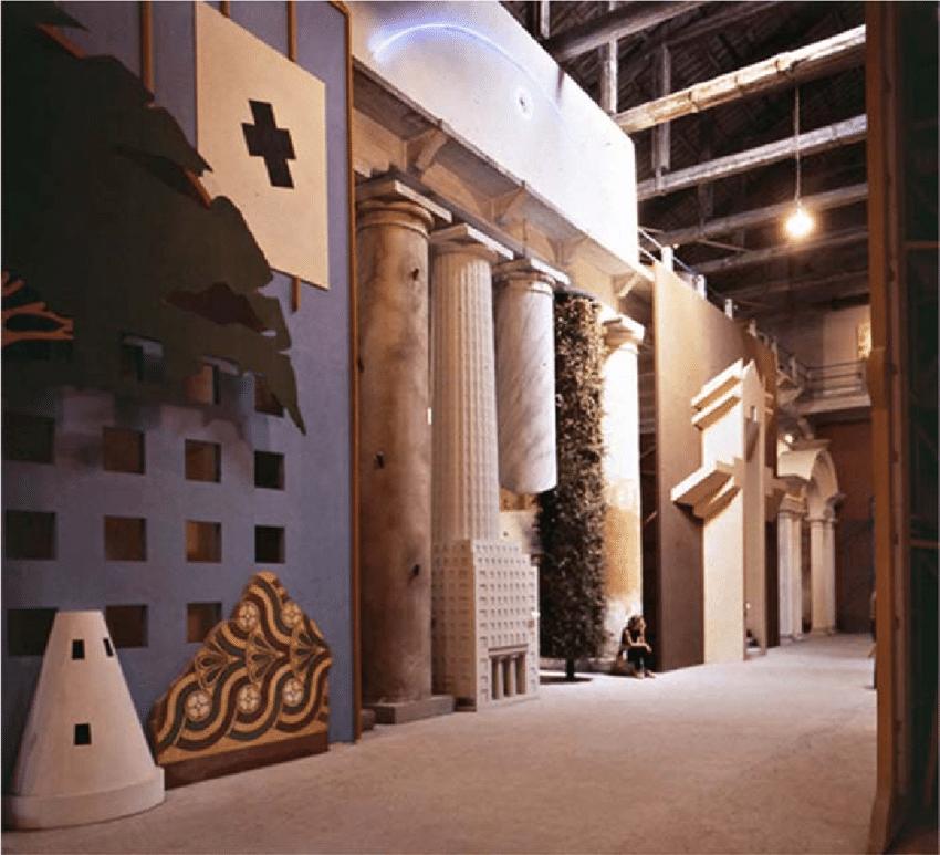 Strada Novissima – v roku 1980 sa konalo prvé bienále architektúry v Benátkach, ktoré predstavilo nástup postmoderny. Ulica Strada Novissima na výstave pochádzala od rakúskeho architekta Hansa Holleina.