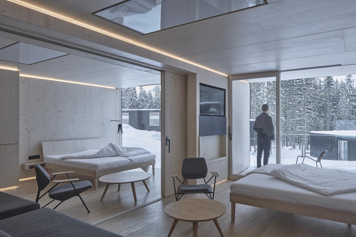 Posuvná zástena môže podľa potrieb ubytovaných priestor spojiť i predeliť.