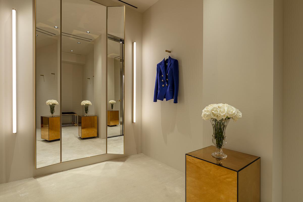 Veľkorysé skúšobné miestnosti umožňujú úpravu na mieru priamo v butiku.