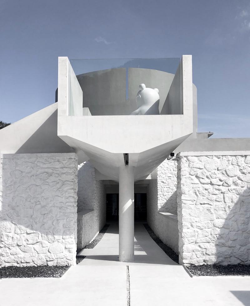 Stavebný materiál pochádza priamo z lomu, kde stojí hotel. Biela farba evokuje čistotu, zatiaľ čo hrubá textúra kameňa odkazuje na jeho pôvod.