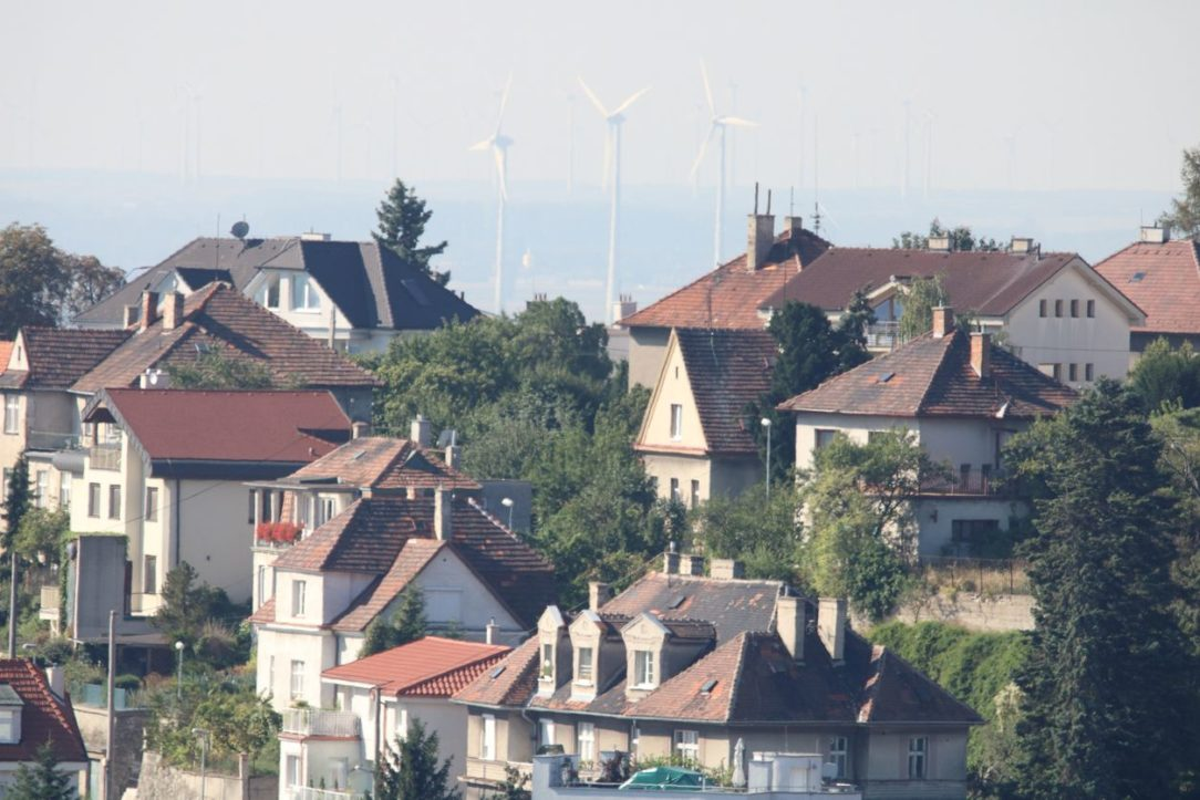 Rakúske veterné turbíny v panoráme Bratislavy