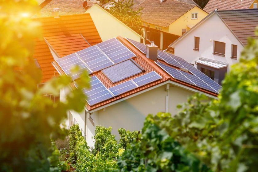 rodinný dom so solárnymi panelmi na streche