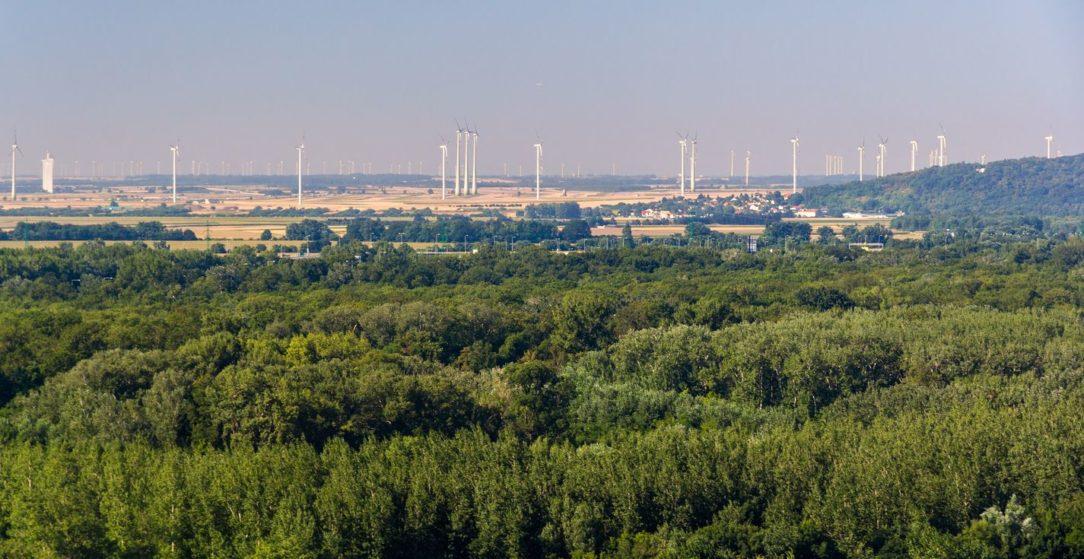 Rakúske veterné turbíny v poliach pri Bratislave