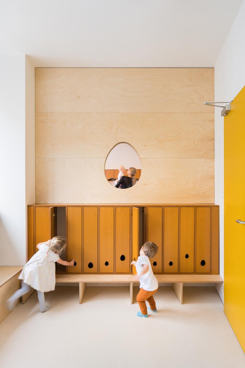 Otvor v stene umožňuje neustály vizuálny kontakt.