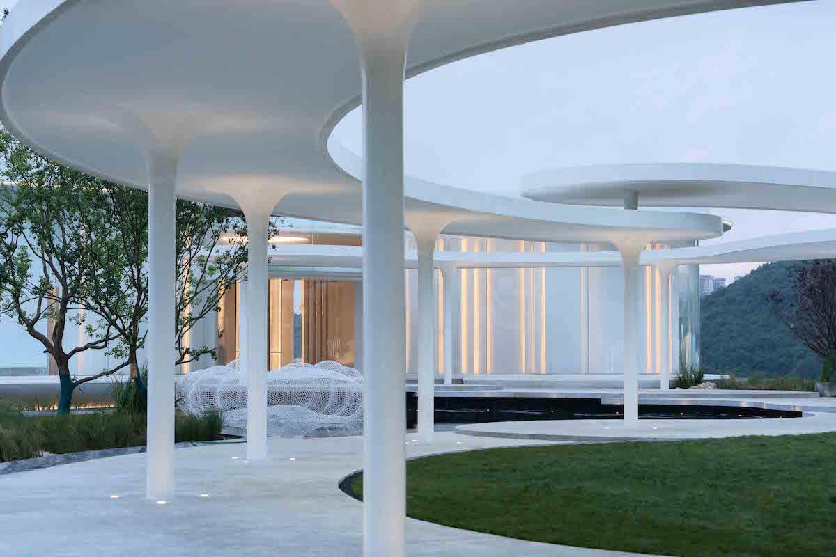 Dizajnéri navrhli exteriér múzea tak, aby vytváral zvlnený komplex, ktorého konštrukciu nesie jednoduché stĺporadie uprostred chodníka.