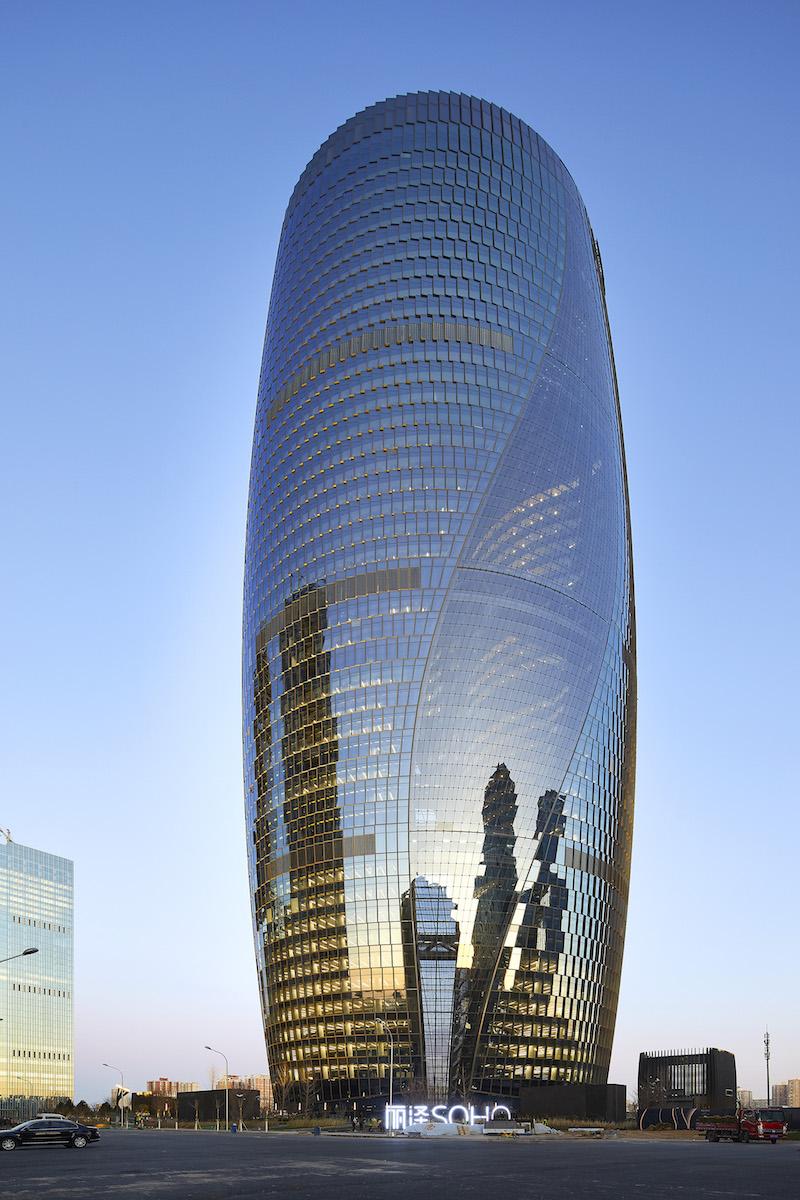 Pri pohľade zvonka budí dojem, akoby celá veža bola jedným objektom. V skutočnosti ide odve budovy, ktoré sú spojené plášťom.
