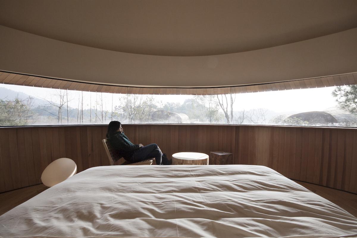 Hlavnú časť domčeka vtvare hríba tvorí hosťovská izba spanoramatickým oknom.