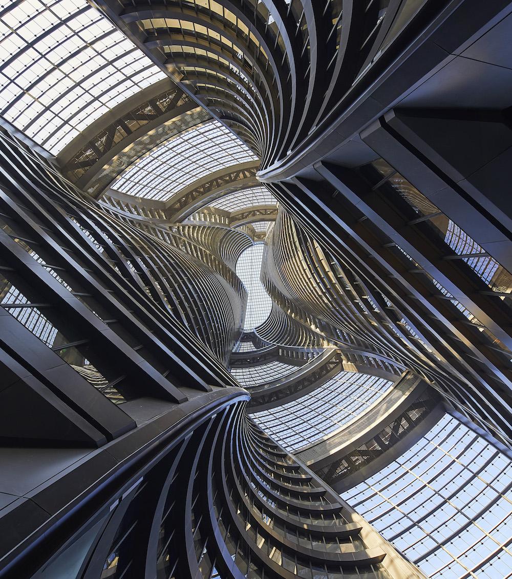 Veži dominuje átrium, ktoré átrium, ktoré pri pohľade zospodu vyzerá ako špirála.