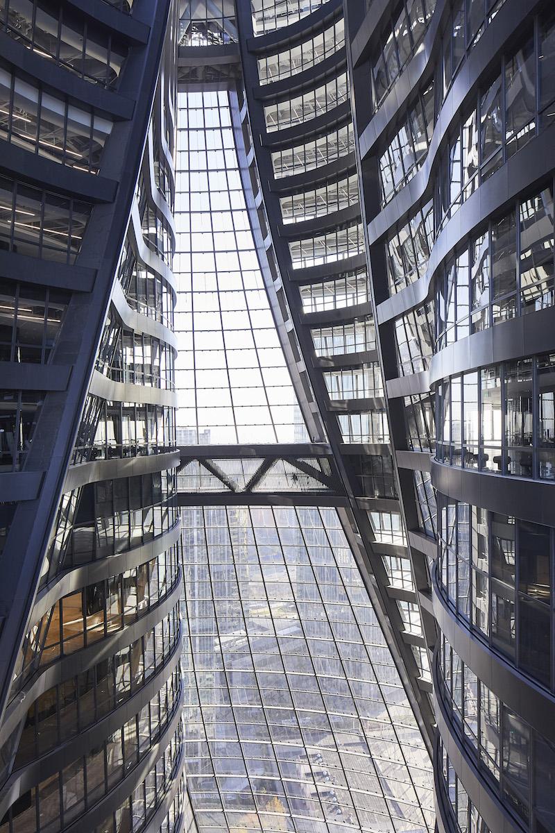 Dve časti veže sú vnútorne prepojené vyvýšenými mostami, ktoré slúžia ako chodníky.
