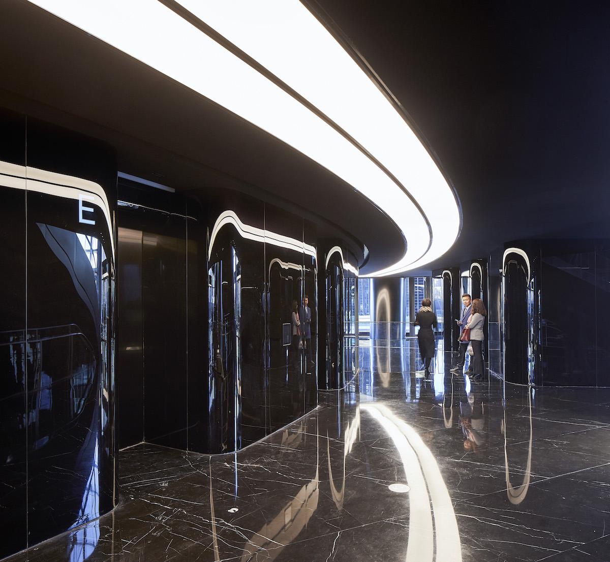 Celý objekt je vytvorený pomocou modernej technológie BIM a klimatizačný systém si budova reguluje sama.