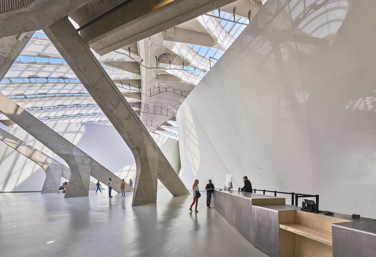 Interiéru dominujú masívne betónové nosné konštrukcie, ktoré sú tiež dôležitou súčasťou pavilónov – slúžia na ich ukotvenie a napnutie.