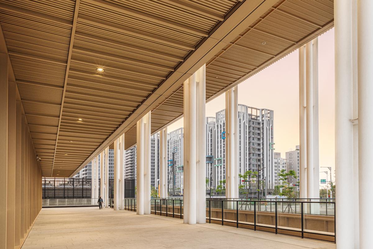 Okolie budovy je určené najmä na relax aoddych.